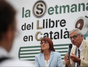 El president de l'AELLC, Albert Pèlach, i la presidenta de 'La Setmana', Montse Ayats, aquest dijous en roda de premsa Foto:ELISABETH MAGRE