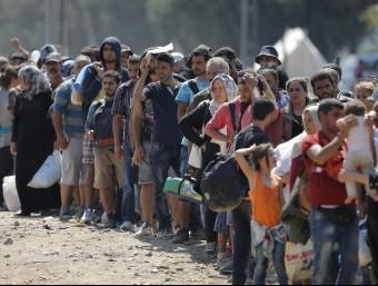 Centenars de refugiats esperen per creuar la frontera entre Macedònia i Grècia per seguir el camí cap a Alemanya Foto:EFE