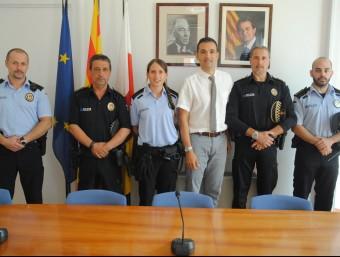 Els agents que van intervenir en la detenció van ser felicitats per l'alcalde de Sant Feliu, Carles Motas Foto:EL PUNT AVUI