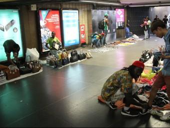 Els manters al vestíbul de l'estació de metro de plaça Catalunya Foto:ACN