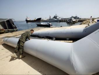 Un soldat libanès inspecció una barcassa utilitzada per immigrants Foto:REUTERS