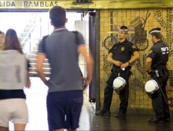 Guàrdia Urbana, ahir al migdia a l'intercanviador de plaça Catalunya Foto:ALBERT SALAMÉ