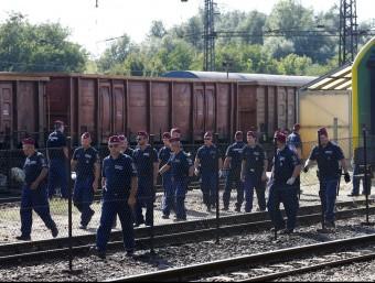 Policies hongaresos custodien el tren on 500 refugiats han passat tota la nit dins dels vagons perquè no volien anar al camp d'acollida pròxim a la població de Bicske Foto:REUTERS