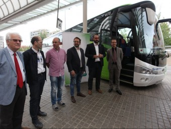 Diverses autoritats davant de l'autobús abans de fer el viatge inaugural des de Sabadell Foto:AJUNTAMENT DE SABADELL