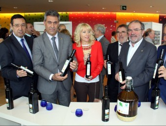 Algunes de les autoritats que van celebrar el quarantè aniversari de la DOP Garrigues a la Llotja de Lleida Foto:ACN