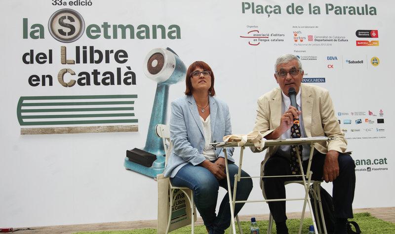 Imatge de Montse Ayats, presidenta de La Setmana i Albert Pèlach, president de l'Associació d'Editors en Llengua Catalana, ahir a la plaça de la catedral de Barcelona, en la presentació de la 33a Setmana del Llibre en català.