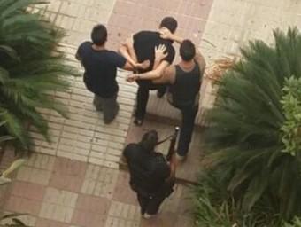 La policia treu un dels detinguts a Sant Pedro de Alcàntara.