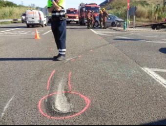 Els serveis d'emergència treballant en l'accident de trànsit que va tenir lloc el passat 25 de setembre al mateix tram de l'N-II a Biure, quan van resultar ferides 9 persones Foto:ACN