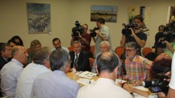 Els alcaldes dels pobles implicats i el delegat del govern, ahir en la reunió al Perelló Foto:E.Z