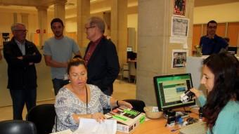 La delegada del CATAC a l'Hospital de Tortosa, presentant les signatures recollides al registre de l'Ajuntament Foto:ACN