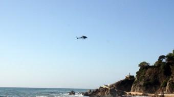 Un helicòpter ha col·laborat en les tasques de recerca de les dues dones britàniques ofegades després d'entrar al mar aquesta matinada Foto:ACN