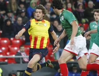 Sergi Roberto condueix una pilota en el partit entre el País Basc i Catalunya que es va jugar a San Mamés Foto:ORIOL DURAN