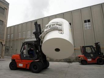 Un operari trasllada un rotlle de paper de gran tonatge a la planta de Gomà-Camps a la Riba.  Foto:L'ECONÒMIC