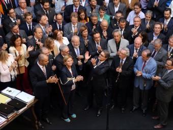 Mas, envoltat d'alcaldes i representants del món local el 4 d'octubre de l'any passat al Palau de la Generalitat Foto:QUIM PUIG / ARXIU