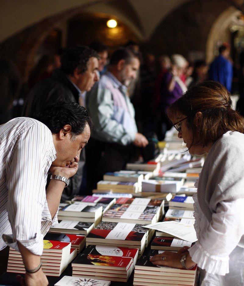 Imatge dels estands sota els porxos, en la primera edició de la fira, l'any 2010.