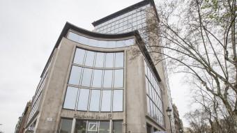 La façana de l'edifici del Deutsche Bank, on el grup KKH volia alçar-hi un hotel de luxe Foto:ALBERT SALAMÉ