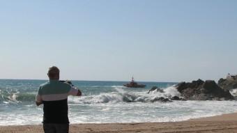 En el dispositiu de recerca hi va participar una embarcació de Salvament Marítim. Foto:ÒSCAR PINILLA