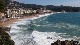 Les onades colpejant ahir la platja Gran de Lloret, on van desaparèixer les joves britàniques Foto:Ò. PINILLA