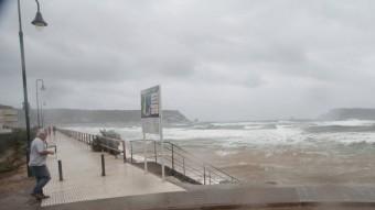 Un veí, acostant-se aquest dimecres al passeig marítim dels Griells per fotografiar les onades del temporal Foto:E.A