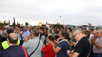 Veïns aplaudint durant la manifestació que va tallar l'N-340 a l'Ametlla. Foto:ACN