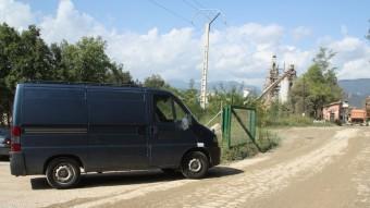 El furgó de la funerària a l'entrada de la fàbrica Cales de Llierca. Foto:ACN