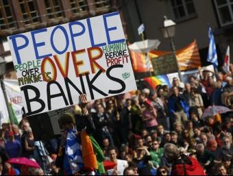 """Una manifestació a Frankfurt, davant la seu del Banc Central Europeu, contra """"l'Europa dels mercats"""".  Foto:REUTERS/KAI PFAFFENBACH"""