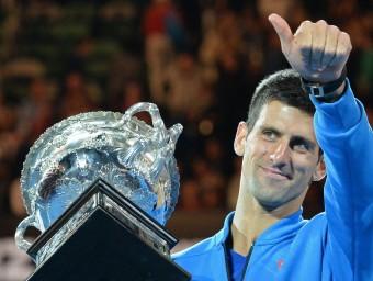 Djokovic, eufòric, duant el lliurametn de trofeus de l'obert d'Austràlia 2015 Foto:XXXXX