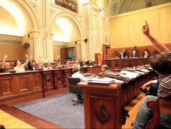 El ple de la Diputació de Tarragona, ahir al matí, en el moment de votar la moció d'adhesió a l'AMI Foto:JUDIT FERNÀNDEZ