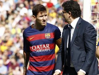Messi es retira del camp lesionat. Foto:EFE