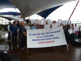 El socis crítics contra el nou projecte d'ampliació del port, concentrats ahir matí, davant les instal·lacions Foto:J.TRILLAS