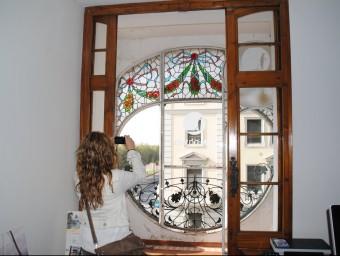 Immortalitzant l'arquitectura modernistaa per part de curiosos en un habitatge de la Casa Melcior Foto:J.TORT