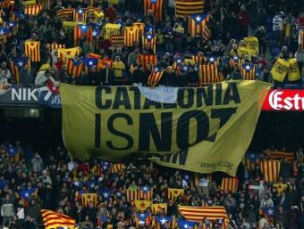 Estelades iuna pancarta en un partit de Catalunya al Camp Nou Foto:QUIM PUIG