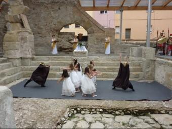 La representació i el ball es va fer ahir dins la piscina de les termes Foto:JOAN TRILLAS