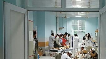 Treballadors de l'hospital de Kunduz atenen els ferits després del bombardeig dels EUA Foto:AP