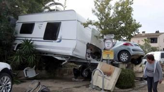 Una caravana i diversos cotxes arrossegats pels aiguats a la localitat de Biot Foto:REUTERS