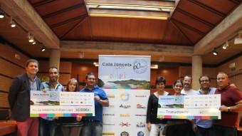 Moment de l'entrega dels dos xecs de l'hotel Cala Jóncols a l'associació Tramuntanets i a la família d'Izan López.