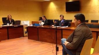 La vista es va celebrar ahir a l'Audiència de Girona. A la imatge, Hamid Bouchdadi i, al darrera, el fiscal i el lletrat de l'acusació particular, Carles Monguilod. Foto:G.P