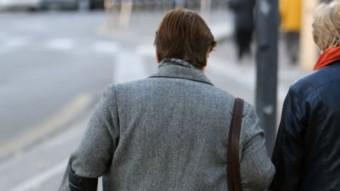 Dues dones grans fan una passejada pel carrer Foto:MANEL LLADÓ / ARXIU
