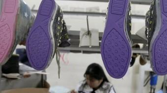 Una treballadora durant la seva jornada en una fàbrica de sabates de les afores de Hanoi, a Vietnam Foto:REUTERS