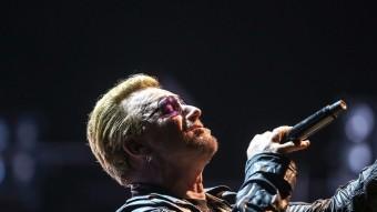 Bono, a l'esquerra, i The Edge, a la dreta, ahir en el primer dels quatre concerts de l''Innocence + Experience Tour' al Palau Sant Jordi, davant 16.000 espectadors. Aquesta és la sisena gira d'U2 que trepitja Barcelona. U2 tornaran avui, divendres i dissabte a Montjuïc. Foto:JUANMA RAMOS