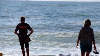 Una persona de Protecció Civil i una dona en una platja de Lloret de Mar la setmana passada, quan van morir ofegades dues turistes britàniques Foto:QUIM PUIG