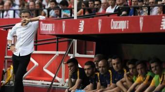 Luis Enrique, preocupat,  a la banqueta del Barça al camp del Sevilla. El Barça va perdre, però va tenir ocassions per guanyar.  Foto:CRISTINA QUICLER / AFP