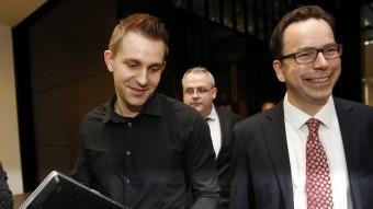 L'estudiant austríac celebra amb el seu advocat la sentència del Tribunal de Luxemburg Foto:AFP