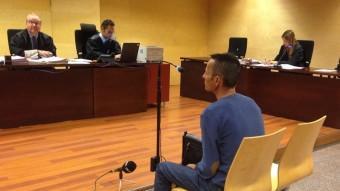 La vista es va celebrar ahir a l'Audiència de Girona. A la foto, Jorge Zúñiga i, a la dreta, la fiscal. Foto:G. PLADEVEYA