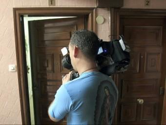 La porta del pis on viu el detingut a Badalona, que té 20 anys i és el petit de quatre germans Foto:EFE