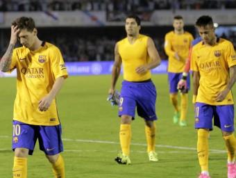 Els jugadors del Barça marxant capcots després de perdre contra el Celta Foto:EFE