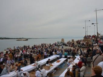 L'anxovada popular va reunir nombroses persones ahir a la platja. Foto:AJUNTAMENT DE L'ESCALA