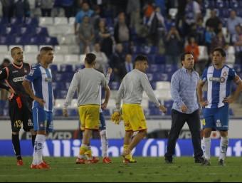 Sergio González i diversos jugadors glaçats després del xiulet final davant l'alegria de l'Sporting Foto:FERRAN CASALS