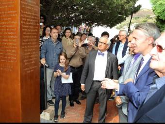 Descoberta de la placa commemorativa amb autoritats i la besnéta de Benjamin. Foto:M.LLADÓ