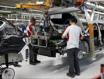 Operaris de la planta de Seat a Martorell, amb el model Leon Foto:G. NACARINO / REUTERS